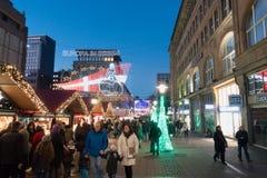ESSEN TYSKLAND - DECEMBER 04, 2016: Oidentifierade individer går till och med en av de många upplysta shoppinggatorna av centret Arkivbilder