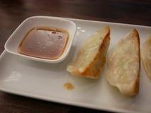 Essen von Gyoza Stockfotos