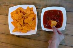 Essen von Nachos Lizenzfreie Stockfotos