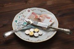 Essen von russischen Rubeln von der Platte Stockfoto