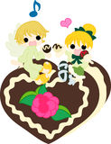 Essen von Schokoladen mit einem Engel Lizenzfreie Stockfotos