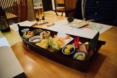 Essen von Sushi im Restaurant von Japan Kyoto Stockfotos