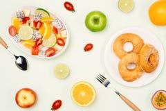 Essen von tropischen Früchten und von Frühstück des köstlichen Sommers lizenzfreie stockbilder