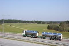 Essence-camion sur l'omnibus de pays photo stock