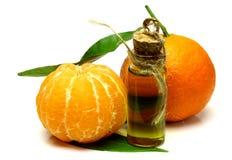Essence cosmétique de mandarine d'isolement sur le fond blanc Image libre de droits