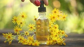 Essence des fleurs sur la table dans la belle bouteille en verre clips vidéos