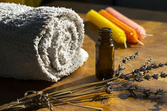 Essence spa μπουκάλι, πετσέτα και κεριά Στοκ φωτογραφία με δικαίωμα ελεύθερης χρήσης