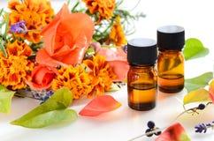 Essentiële oliën met kruiden stock foto