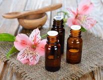 Essentiële olie en bloemen Royalty-vrije Stock Foto's