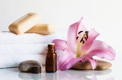 Essentiële olie, zeep, lelie, handdoeken. Stock Afbeeldingen