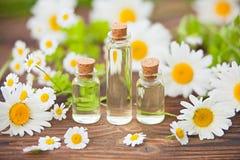 Essentie van bloemen op lijst in mooie glaskruik royalty-vrije stock fotografie