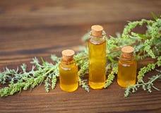 Essentie van lavendelbloemen op lijst in mooie glasfles royalty-vrije stock afbeelding