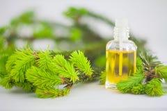 Essentie van pijnboom op lijst in mooie glaskruik stock afbeeldingen