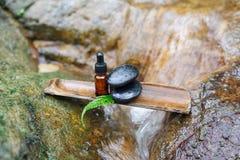 Essentieolie en zen steen in kuuroordconcept Royalty-vrije Stock Afbeeldingen