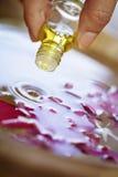 Essentiële olie in actie Stock Fotografie