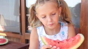 Essenwassermelonensommer des kleinen Mädchens draußen genießen stock video footage