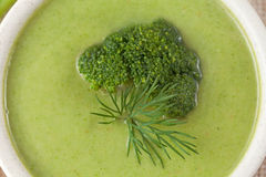 Essere a dieta crema verde della minestra dei broccoli appetitosi Fotografia Stock