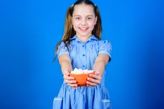 Essere a dieta e caloria Concetto del dente dolce dolci ed ossequi felici di amore del piccolo bambino Alimento sano e cure odont immagine stock libera da diritti