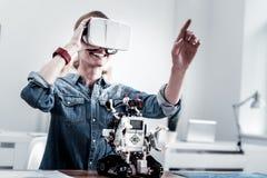 Essere femminile contentissimo positivo nella realtà virtuale Fotografia Stock Libera da Diritti