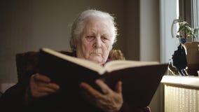 Essere umano anziano che legge un libro archivi video
