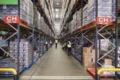 ESSEX, ENGELAND BRENGT 13 2016 IN DE WAR: Opgeslagen goederen in het pakhuis van de supermarktdistributie, lage hoek stock afbeelding
