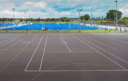 Essex, Engeland het UK - 12 Juni, 2017: Lege tennisbaan en voetbal Royalty-vrije Stock Foto's