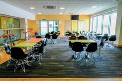 Essex, England Großbritannien - 12. Juni 2017: Leere Kantine mit Tabellen und c Lizenzfreies Stockfoto