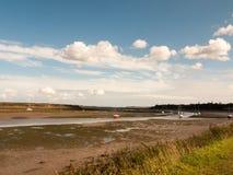 Essex fuera de la marea del landsc vacío de los barcos de río del estuario del tiempo del día hacia fuera Fotografía de archivo libre de regalías