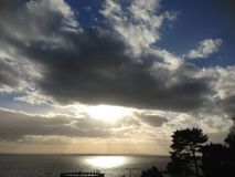 Essex, Southend-su-mare, spiaggia, nuvole, il Sun, cielo, pini Immagine Stock