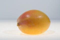 essfertiger Abschluss der reifen organischen gelben Mango oben Lizenzfreie Stockbilder