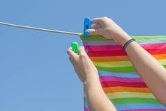 Essiccamento, cose che appendono su una corda da bucato un bello, giorno soleggiato Fotografie Stock Libere da Diritti