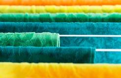 Essiccatore di vestiti con gli asciugamani al sole immagini stock