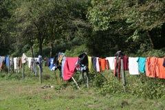 Essiccatore di vestiti in foresta durante la campagna di campeggio Fotografia Stock Libera da Diritti