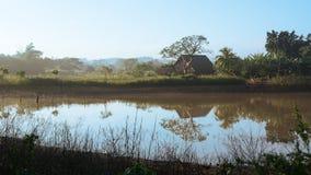 Essiccatore per tabacco vicino ad uno stagno nella valle di Vinales Fotografia Stock Libera da Diritti
