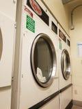 Essiccatori di industriale della stanza di lavanderia dell'hotel fotografie stock libere da diritti