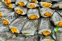 Essiccazione del pesce fresco al mercato Fotografia Stock Libera da Diritti