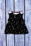 Essiccazione del vestito da Bab sulla corda Fotografia Stock
