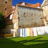 Essiccazione della lavanderia nel cortile, Valea Viilor, Romania Immagini Stock