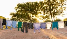 Essiccazione della lavanderia sul filo stendiabiti all'aperto Fotografia Stock Libera da Diritti