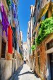 Essiccazione della lavanderia sulla corda da bucato a Calle Arco a Venezia, Italia Immagini Stock