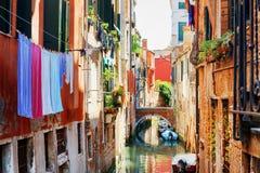 Essiccazione della lavanderia sulla corda da bucato sopra il canale di Venezia Immagine Stock Libera da Diritti