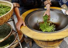 Essiccazione tradizionale del tè in Cina Immagini Stock