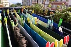 Essiccazione verde e blu della lavanderia, perni variopinti, casa immagine stock libera da diritti