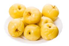 In Essig eingelegte Äpfel auf einer Platte Stockfoto