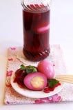 In Essig eingelegte Eier in einem Glas und auf einer Platte Lizenzfreie Stockfotos