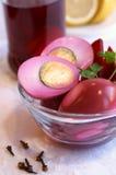 In Essig eingelegte Eier mit roter roter Rübe Lizenzfreie Stockfotos