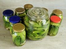 In Essig eingelegte grüne Gurken Stockfotografie
