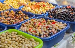 In Essig eingelegte Oliven im Plastikkasten Stockfoto