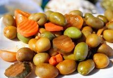 In Essig eingelegte Oliven, Pfeffer und Karotten lizenzfreies stockbild