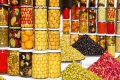 In Essig eingelegte Oliven und Gemüse Stockbilder